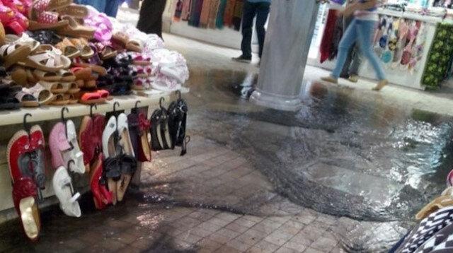 İstanbul'da kuvvetli sağanak yağış sonrası Kapalıçarşı'yı su bastı