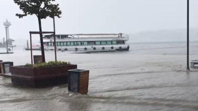 İstanbul'u komple su bastı: Karaköy'de göle dönen yola oltasını salladı
