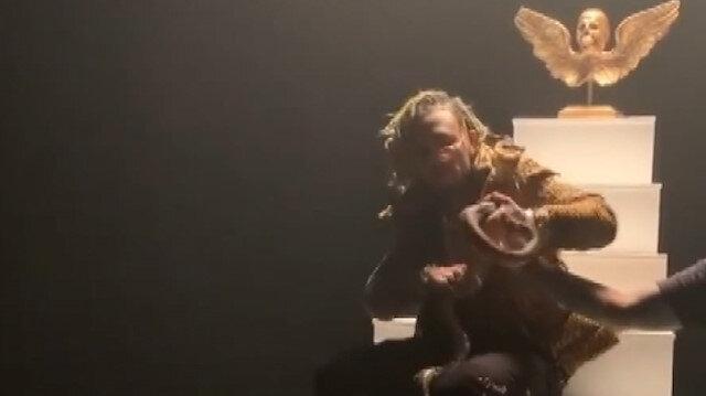Amerikalı Rapçiyi klip çekimi için eline aldığı yılan ısırdı