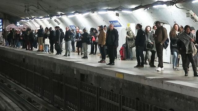 Fransa'da süresiz grev: Hayat felç oldu
