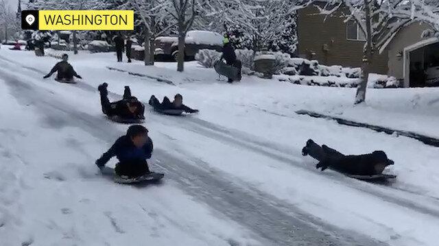 Washington polisi çocuklarla kızak kaydı