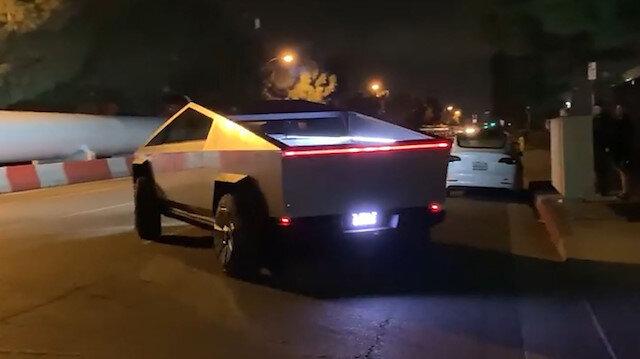 Tesla Cybertruck'ın ilginç far sistemiyle gece sürüşü