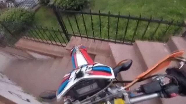 Çocuk parkına dalan motosikletli adam terör estirdi