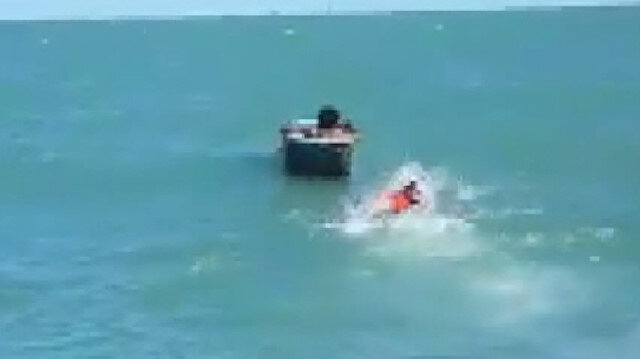Teknesi batan balıkçıları 'buzdolabı' kurtardı