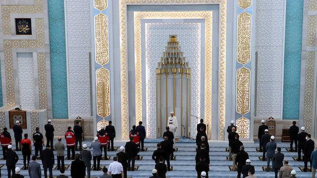 🕌 Ankara'da, bayram namazı kısıtlı sayıda cemaatle kılındı