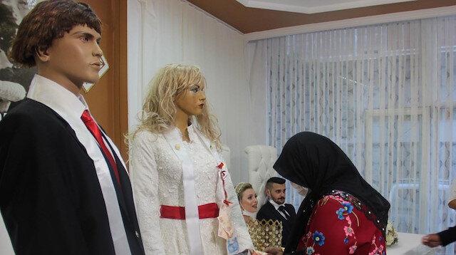 'Yeni normal' düğün görenleri şaşkına çevirdi: Takılar cansız mankenlere takıldı