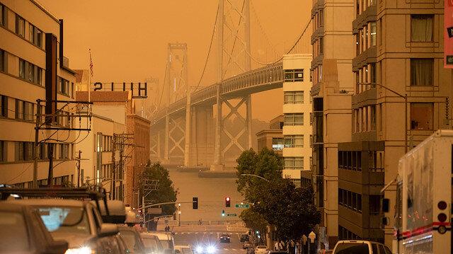 Yangınların sürdüğü Kaliforniya'da gökyüzü turuncuya boyandı