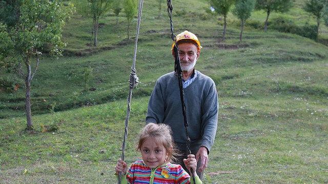 Zekeriya dede bahçesini çocuklar için oyun parkı yaptı