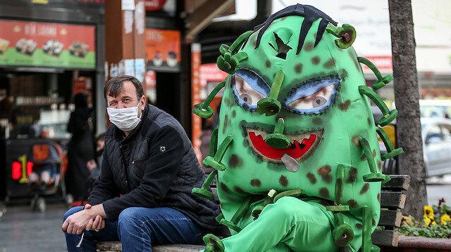 """İnegöl'de """"koronavirüs kostümü""""yle gezen belediye personelinden maske, mesafe, temizlik uyarısı"""