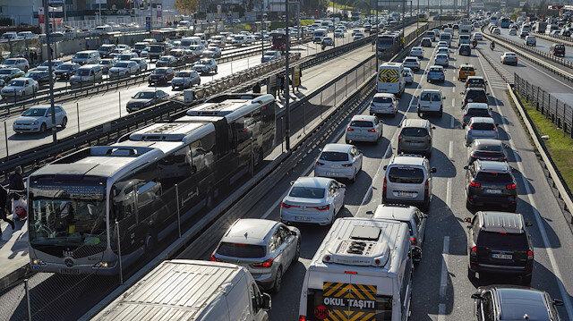 İstanbul'da kısıtlama öncesi metrobüste ve trafikte yoğunluk