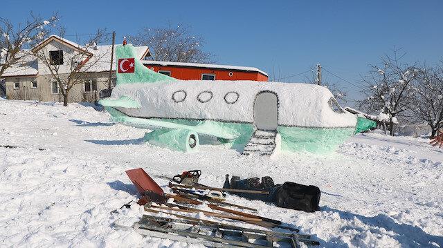 Hiç uçağa binmedi ama kardan 5 metre uzunluğunda uçak yaptı