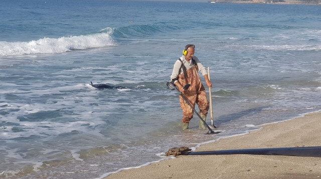 Fırtına sonrası eline dedektör alan sahile koştu