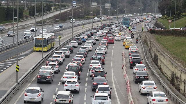 Normalleşme sürecinin ilk hafta sonunda trafik kilitlendi