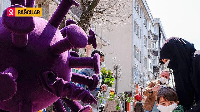 Bağcılar Belediyesi çalışanları virüs kostümü giyip, insanlara gül dağıttı
