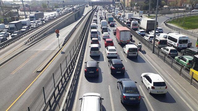 Kapanmanın ilk gününde toplu ulaşımda ve trafikte yoğunluk