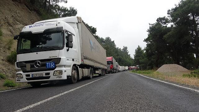 Çanakkale-İzmir yolu 10 saattir kapalı: Arızalanan TIR nedeniyle uzun kuyruk oluştu