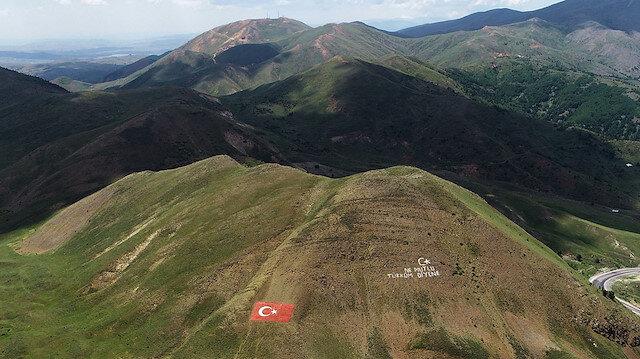 Jandarma, şehitler için 138 ton taşla Türk bayrağı yaptı