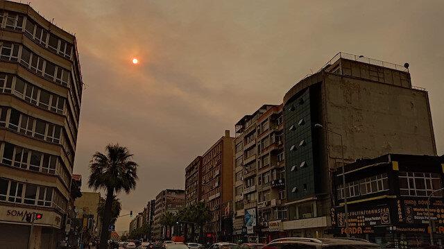 İzmir'de gökyüzünün rengini değişti: Uzmanlar sebebini açıkladı