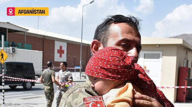 Kabil'deki kontrol noktasında annesinden ayrı düşen Hadiya bebeğe askerimiz şefkat elini uzattı