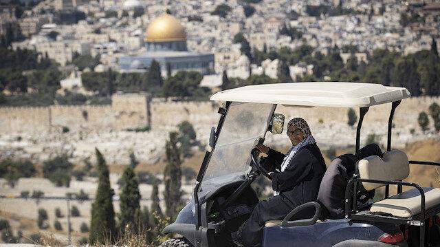 Filistinli Nefise Huveys, giremediği Mescid-i Aksa'ya yolcu taşıyor