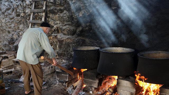 Filistin'de El-Halilli çiftçilerin geleneksel üzüm pekmezi mesaisi başladı