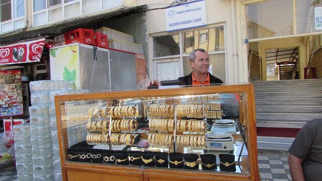 Görenler şaşıp kalıyor: 40 yıldır simit satar gibi altın bilezik satıyor
