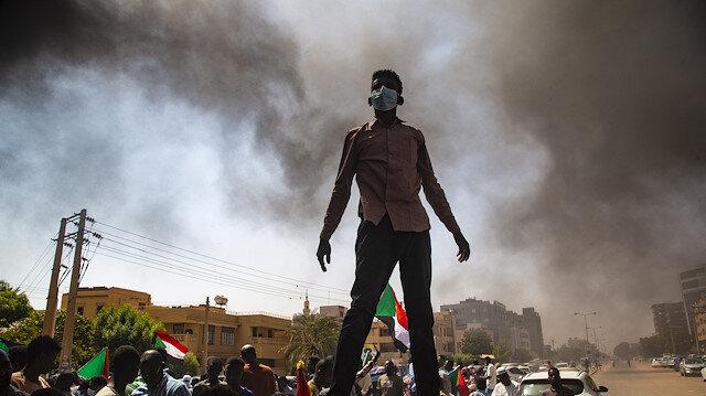 Sudan'da binlerce kişi hükümetin feshi talebiyle sokaklara çıktı
