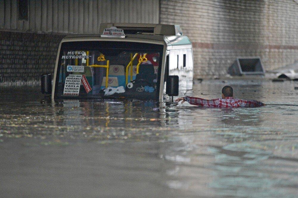 Bunun adı afet: İstanbul'da dolu ve fırtına 20 dakikada hayatı felç etti